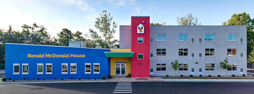 El colorido exterior de la Casa Ronald McDonald en Chile.
